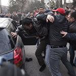 Одного из участников митинга задержали и посадили в машину
