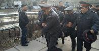 Сегодня в Бишкеке сторонники задержанного экс-депутата Жогорку Кенеша Садыра Жапарова устроили стычку с милицией, но их разогнали.