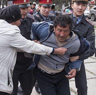 Задержание сторонника экс-депутата Садыра Жапарова сотрудниками милиции у здания ГКНБ в Бишкеке