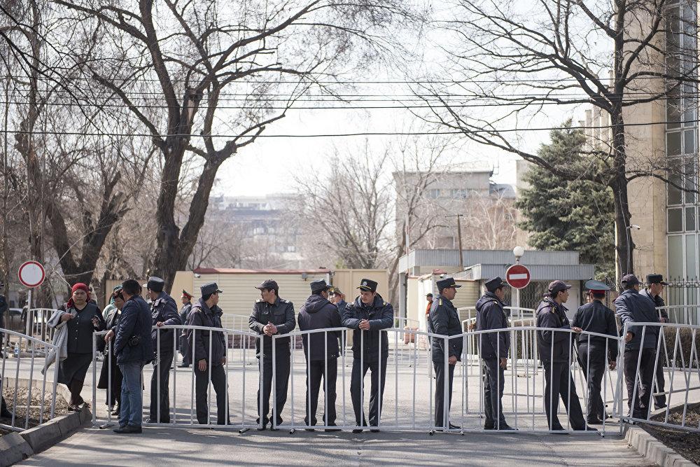Милиция готовится к приходу сторонников Садыра Жапарова, который находится в СИЗО ГКНБ