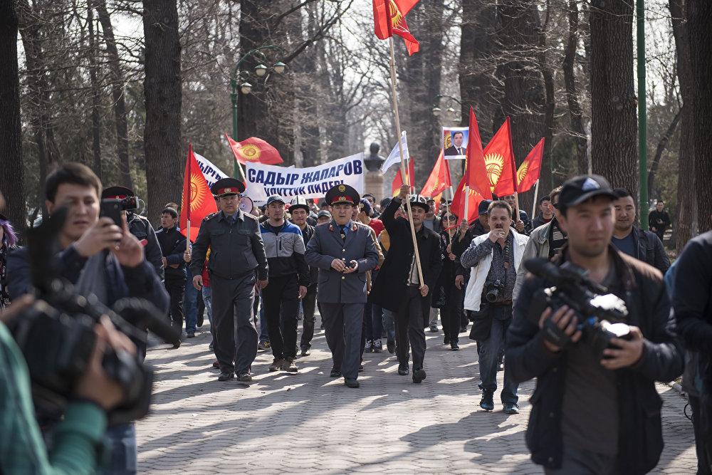 Сторонники Садыра Жапарова пришли из парка имени Горького к зданию ГКНБ