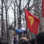 Возле здания ГКНБ собрались около 500 сторонников Садыра Жапарова. Они требовали освободить политика.