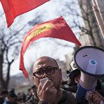 Один из участников митинга Эркланбек Тагаев сообщил, что вернулся из России в Кыргызстан специально для поддержки Садыра Жапарова
