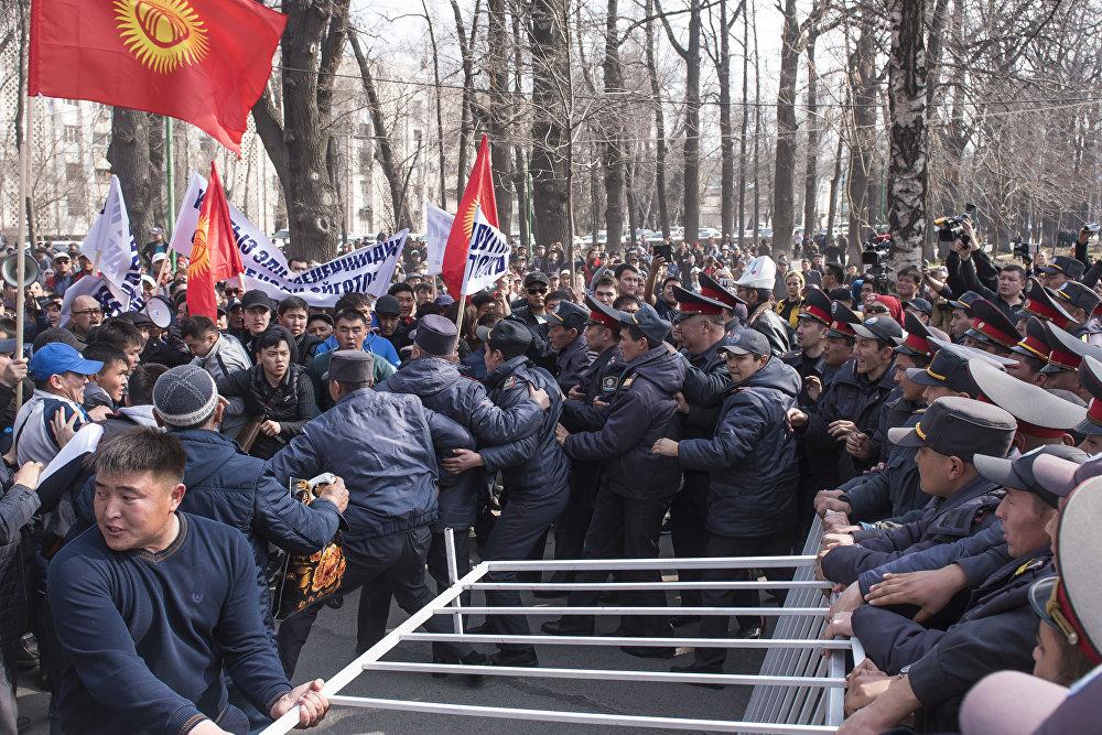 Митингующие начали сносить ограждение, после чего милиция применила спецсредства и приступила к задержанию участников протеста