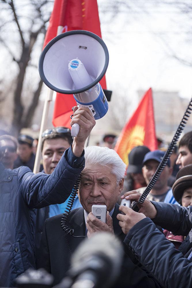 На митинге присутствовал политик Турсунбек Акун