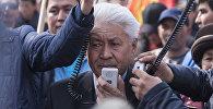 Мурунку акыйкатчы Турсунбек Акун экс-депутат Садыр Жапаровду колдоо иретинде уюштурулган митинг учурунда