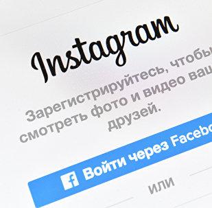 Страница социальной сети Instagram на экране смартфона. Архивное фото