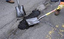 Ямочный ремонт на дорогах. Архивное фото