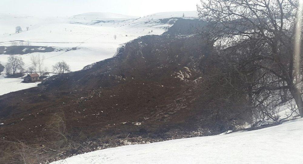 Последствия схода оползня в селе Ничке-Сай Узгенского района