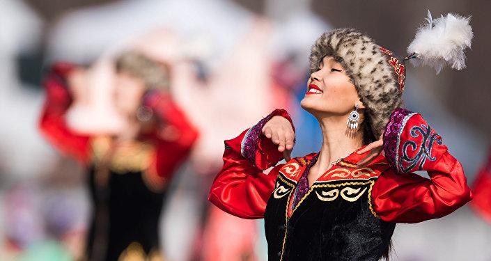 Участницы танцевальной программы во время празднования Нооруза на площади Ала-Тоо в Бишкеке