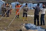 Установка палат сотрудниками МЧС в селе Ничке-Сай Узгенского района, где произошел оползень