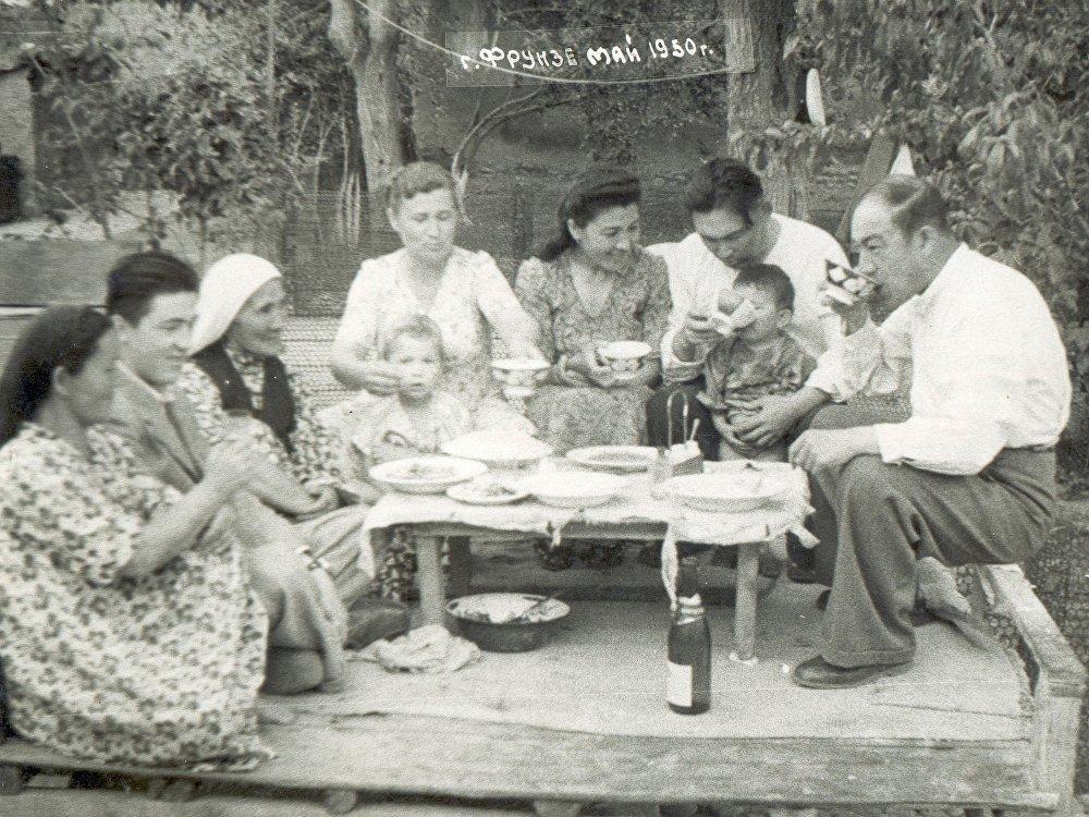 Миррахимовдордун үй-бүлөсү тамактанып жаткан учур, 1950-жыл