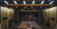 Токтоболот Абдумомунов атындагы Кыргыз улуттук академиялык драма театрынын сахнасы. Архив