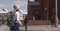 Девушка гуляет по московским улицам. Архивное фото