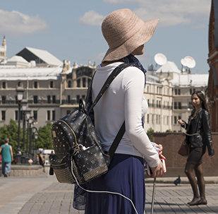 Девушка в Москве. Архивное фото