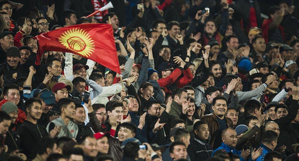 Болельщики Кыргызстана на стадионе поддерживают сборную страны. Архивное фото