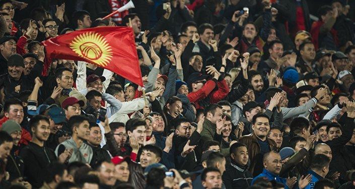 Болельщики Кыргызстана поддерживают свою сборную. Архивное фото