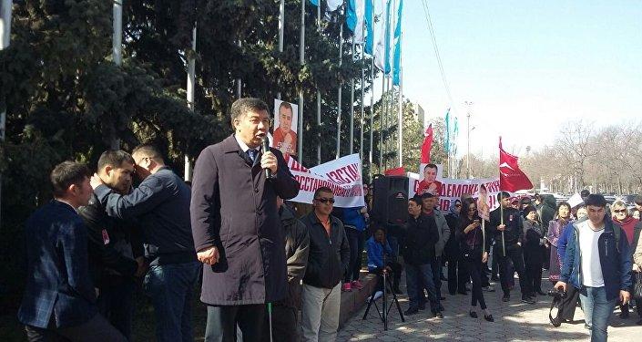 Депутат Алмамбек Шыкмаматов на митинге сторонников Омурбека Текебаева на старой площади