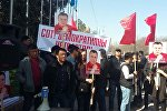 Сторонник Омурбека Текебаева на митинге на старой площади в Бишкеке