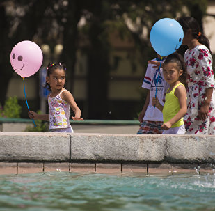 Жители Бишкека у фонтана в центре города. Архивное фото