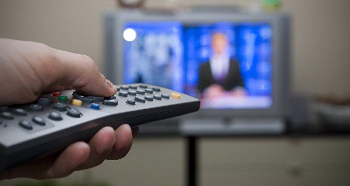 Мужчина переключает канал на телевизоре. Архивное фото