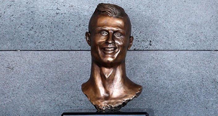 Бюст футболиста Криштиану Роналду, установленный в аэропорту города Мадейра в Португалии