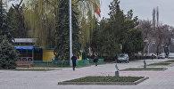 Прохожие на аллее художников в городе Бишкек. Архивное фото