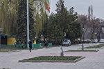 Бишкектин сүрөтчүлөр аллеясындагы адамдар. Архивдик сүрөт