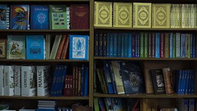 Книги на полке. Архивное фото