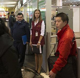 Сотрудники ФМС России дежурят в аэропорту Шереметьево. Архивное фото