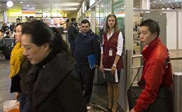 Сотрудники ФМС России дежурят в аэропорту. Архивное фото