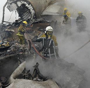 Сотрудники МЧС КР на месте крушения грузового самолета Boeing 747 авиакомпании MyCargo Airlines в селе Дача-СУ.