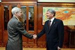 Президент Алмазбек Атамбаев Эркин Европа/Азаттык медиакорпорациясынын жетекчиси Томас Кентти кабыл алды