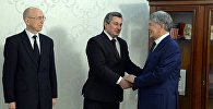 Президент Алмазбек Атамбаев в ходе встречи с послом Беларуси в Кыргызстане Виктором Денисенко по случаю завершения его дипломатической миссии