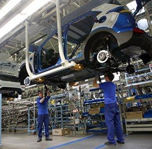 Рабочие собирают обновленный автомобиль Hyundai Solaris. Архивное фото