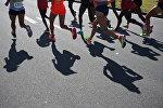 Спортсмены во время бега. Архивное фото