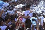 Молодые люди обнимаются во время фестиваля поцелуев. Архивное фото