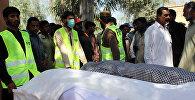 Пакистандын Саргодха аймагындагы тез жардам кызматкерлеринин денени алып кетүүсү