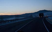 Движение на автомобильной дороге. Архивное фото