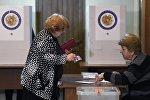 Женщина голосует на выборах в Национальное собрание — однопалатный парламент Армении на избирательном участке № 9/47 в Ереване.