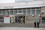 Сотрудники спасательной службы МЧС у станции метро Сенная площадь в Санкт-Петербурге, где произошел взрыв. В результате взрывов пострадало около 30 человек.