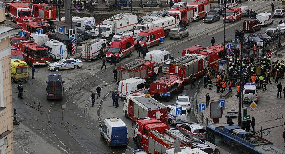 Общий вид на аварийно-спасательные службы, находящихся на станции метро Сенная площадь, после взрывов в двух вагонах поезда в Санкт-Петербурге, Россия 3 апреля 2017 года