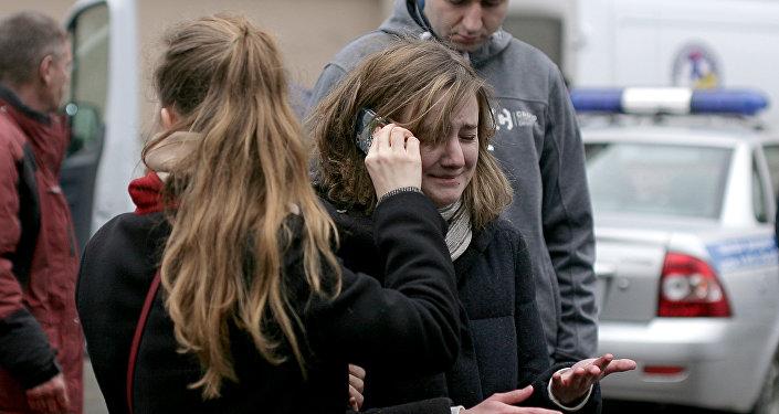 Люди у станцим метро Технологический институт в Санкт-Петербурге после взрыва