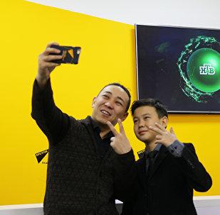 Участник шоу НТВ Ты – супер! Урмат Мырсаканов и эстрадный певец Кайрат Примбердиев в мультимедийном центре Sputnik Кыргызстан