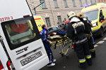 Эвакуация пострадавших в результате взрыва со станции метро Технологический институт в Санкт-Петербурге.