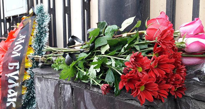 Кыргызстанцы с утра несут цветы к посольству России в Бишкеке, выражая соболезнования жертвам взрыва в Санкт-Петербурге