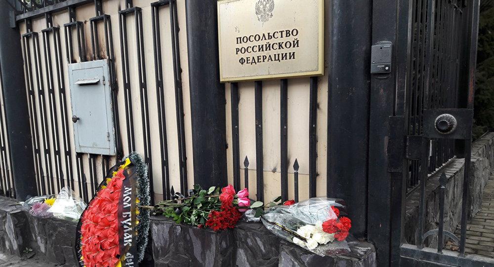 Цветы в память о погибших в метро Санкт–Петербурга к посольству России в Бишкеке