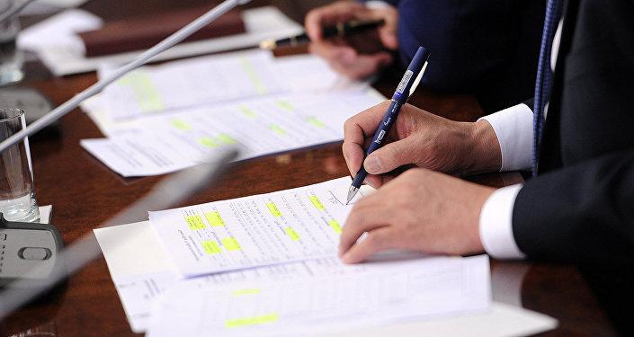 Подписание документов. Архивное фото
