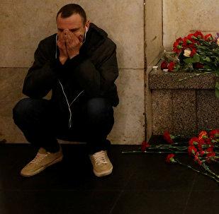 Мужчина рядом с мемориальной площадкой жертв взрыва в петербургском метро на станции метро Технологический Институт. Санкт-Петербург, Россия, 4 апреля 2014 года