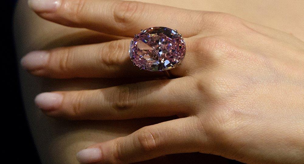 Сейрек кездешчү Pink Star күлгүн түстүү бриллиант